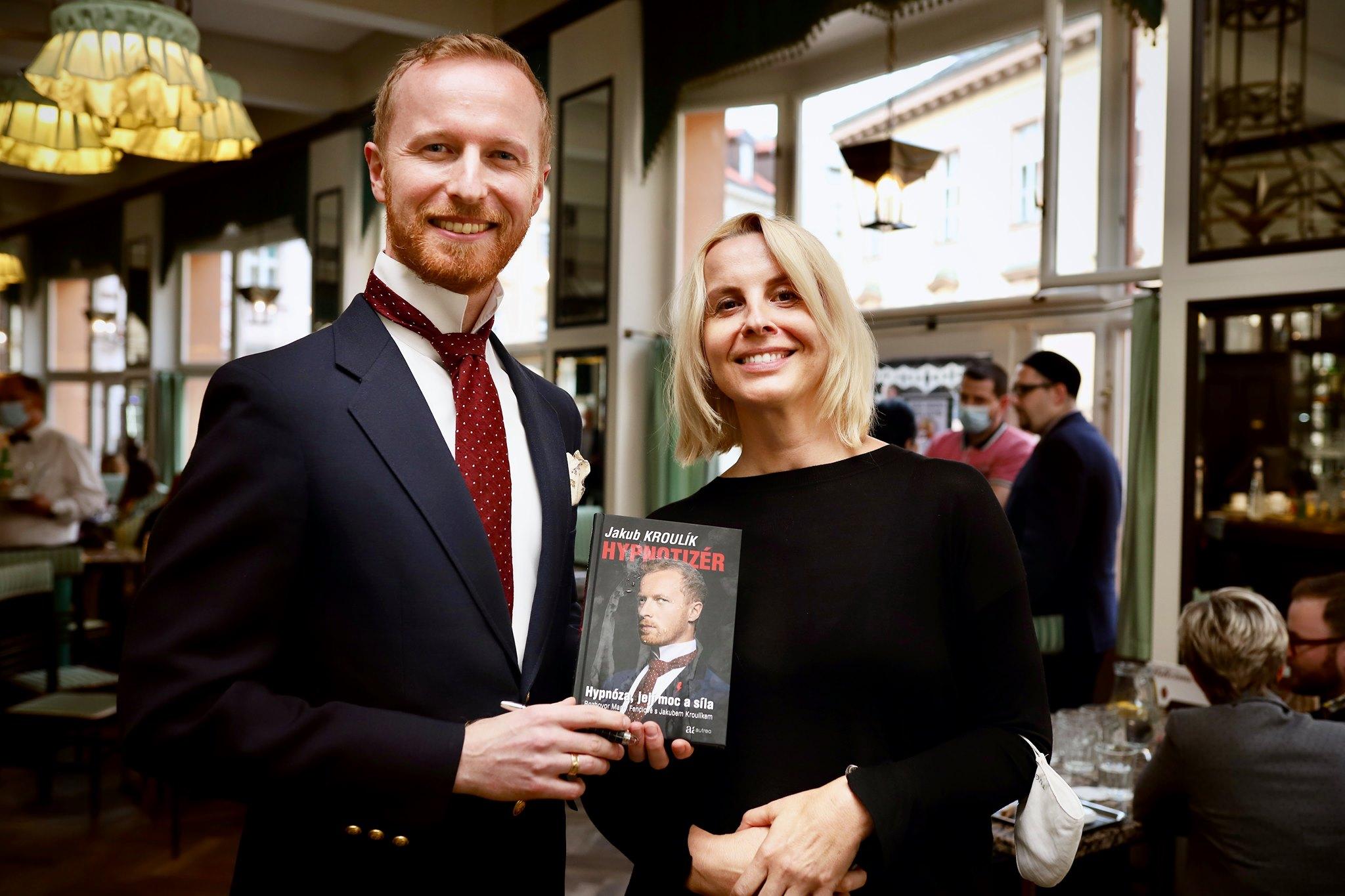 Hypnotizér Jakub Kroulík a novinářka Marta Fenclová na křtu své knihy v Grand Café Orient
